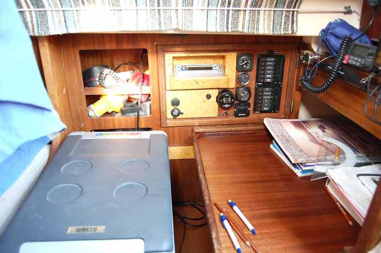 ehemalige Navigationsecke als Stauraum und für die Kühlbox genutzt